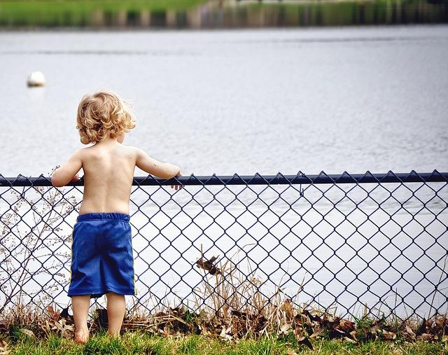 chlapec u řeky
