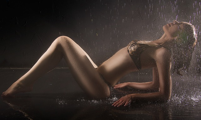 dívka pod sprchou.jpg