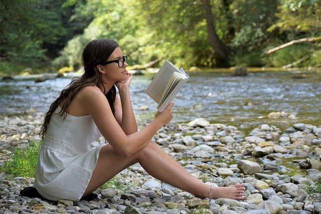 čtení u řeky.jpg