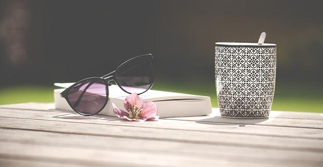 brýle, kniha a hrnek.jpg