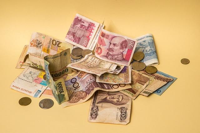 hromada bankovek a mincí
